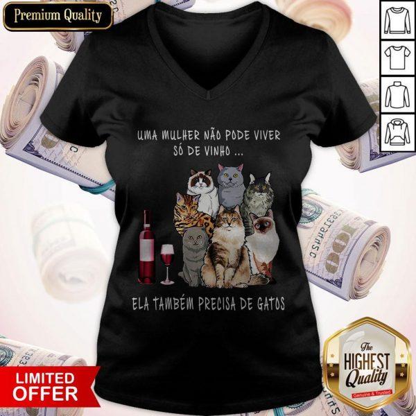 Uma Mulher Nao Pode Viver So De Tambem Precisa De Gatos V-neckUma Mulher Nao Pode Viver So De Tambem Precisa De Gatos V-neck